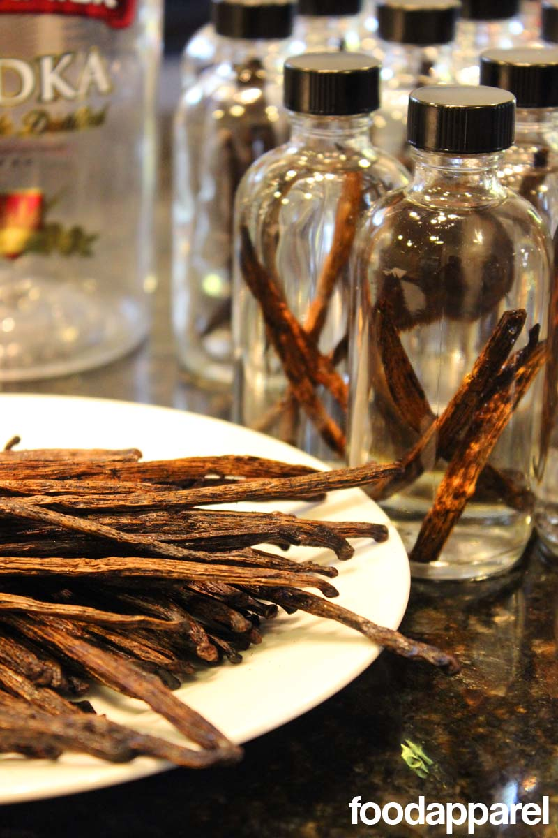 It's so easy to make your own vanilla extract! And it tastes waaaay better. Great gift idea. @foodapparel`