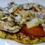 Grøntsagspizza med kylling og pesto