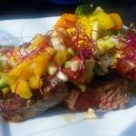 Sundere steak med avocado/ananas relish