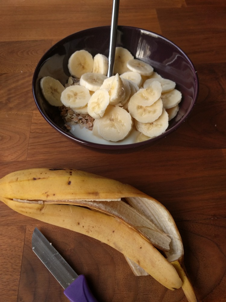 sliced banana with yoghurt