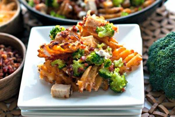 Loaded Broccoli Cheese Fries: a fast family dinner recipe that everyone is sure to love. These fries are topped with family favorites like broccoli, cheddar cheese, chicken, bacon, and ranch dressing for dipping!