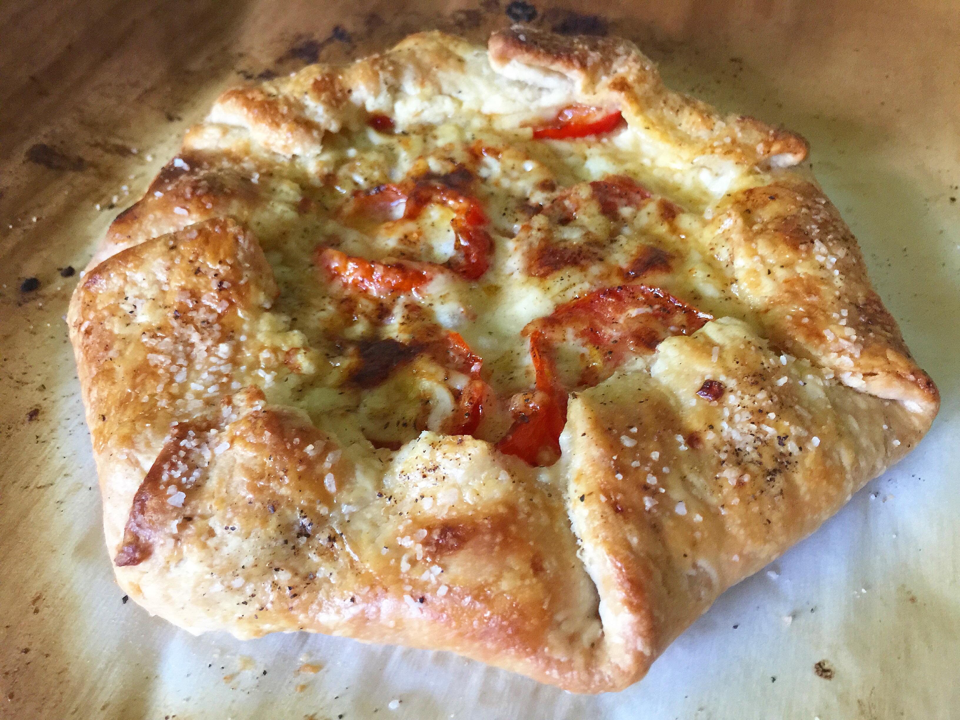 Easy 5-Ingredient Heirloom Tomato & White Cheddar Farmhouse Pie