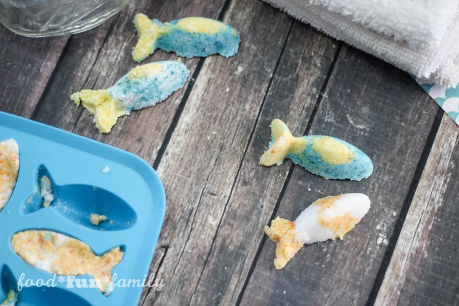 DIY Finding Dory Fizzing bath bombs made with natural ingredients - these make great gifts or Finding Dory themed party favors!