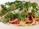 Pittige spaghetti met tomaatjes, olijven en rucola van Foodie Fredi
