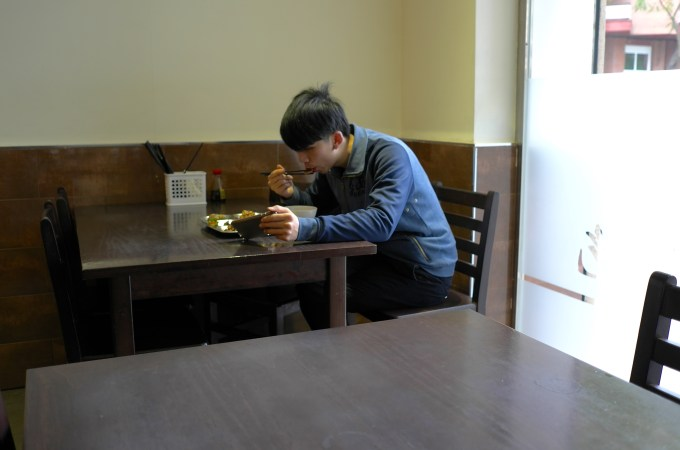 Eating and watching the Smartphone