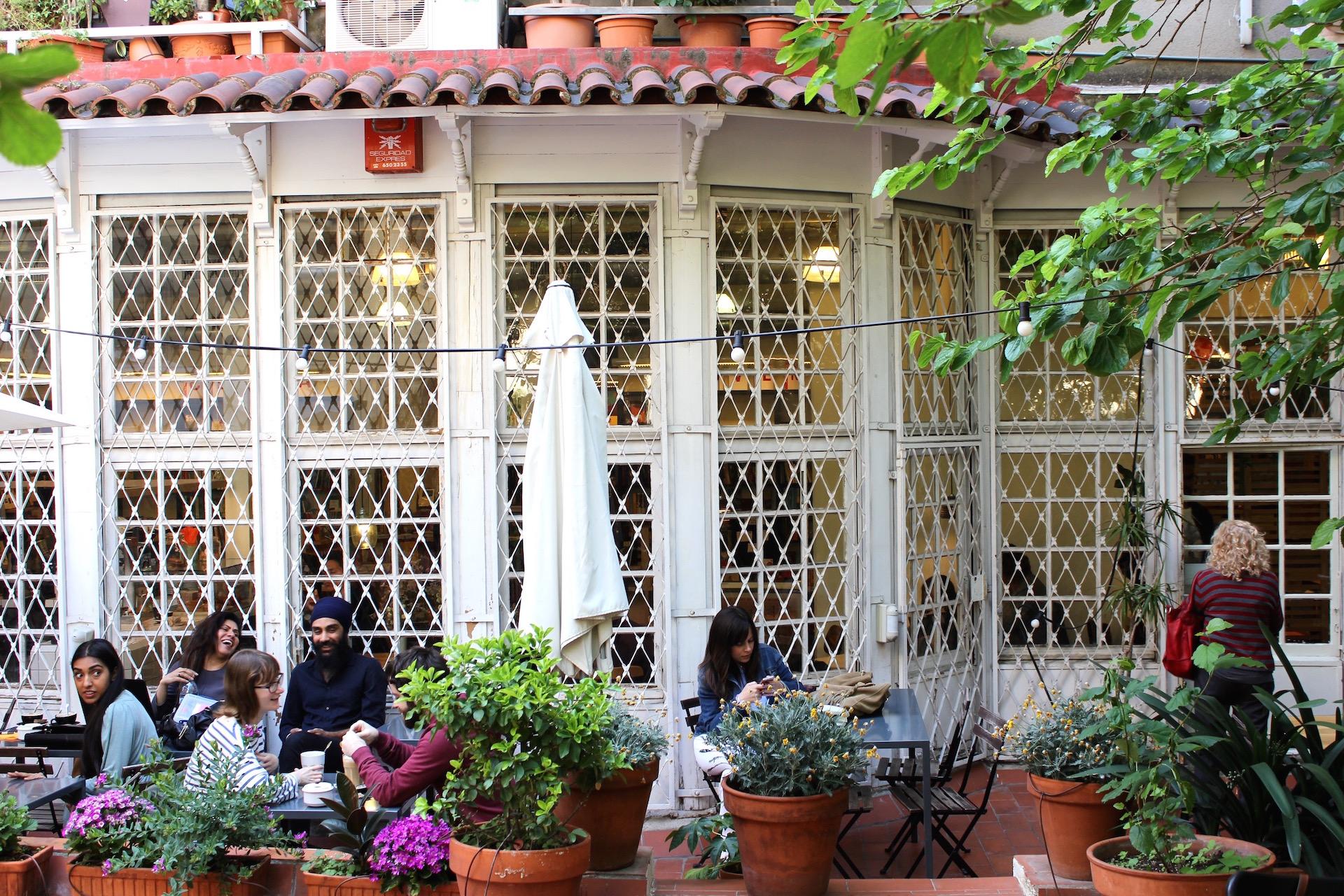 Outside El Café de la Central