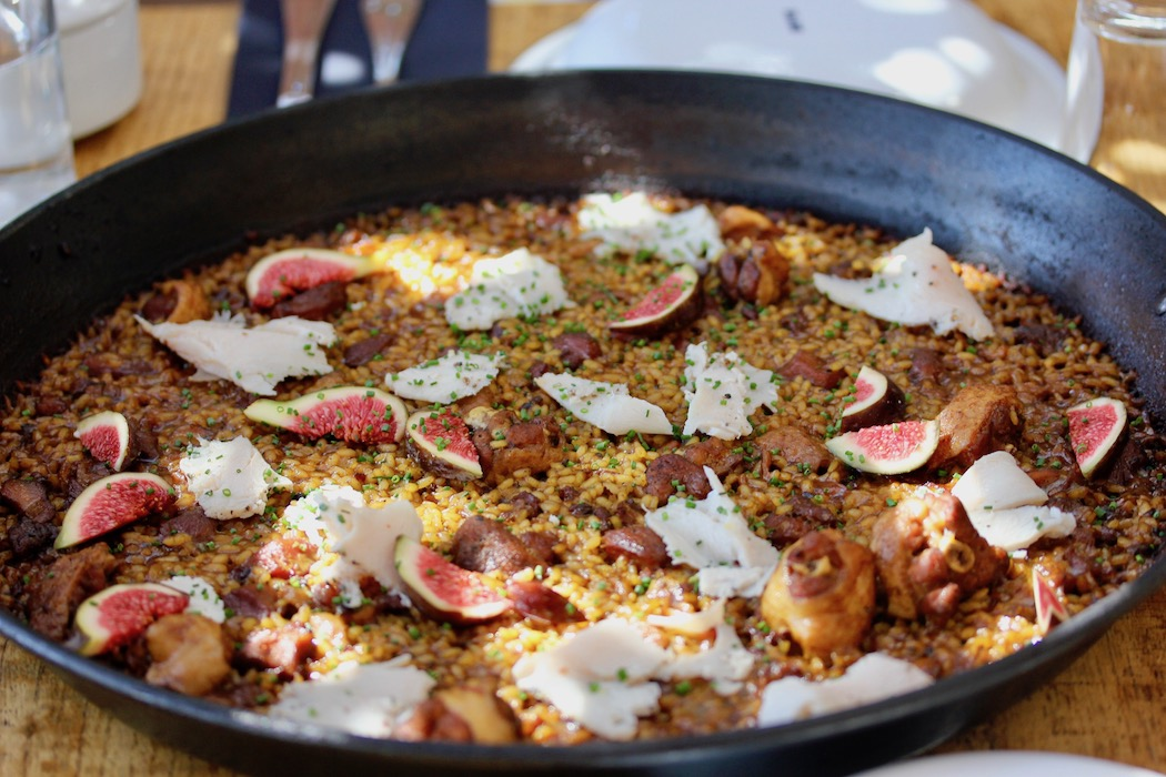 Paella with chicken, figs and foie
