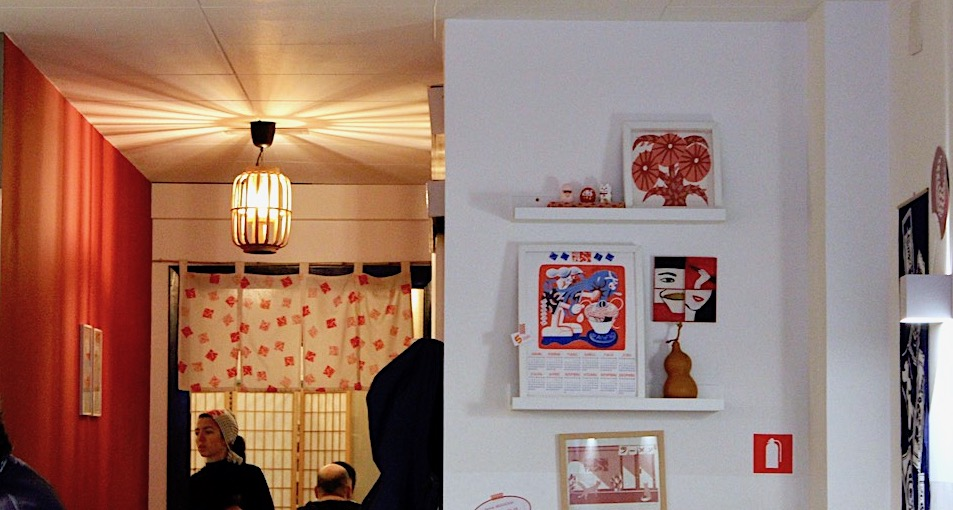 Kobuta Ramen i Mes restaurant, back wall with Japanese prints and Japanese paper lamp