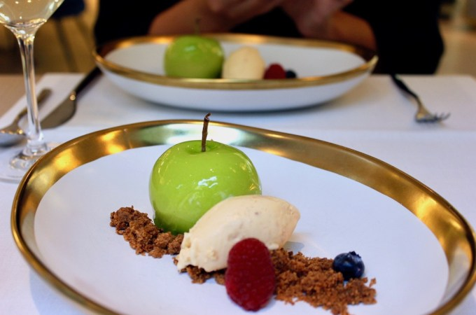 False apple with ensimada cream.