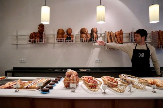 Choosing what bread I should get at Mayer Bakery in Gracia