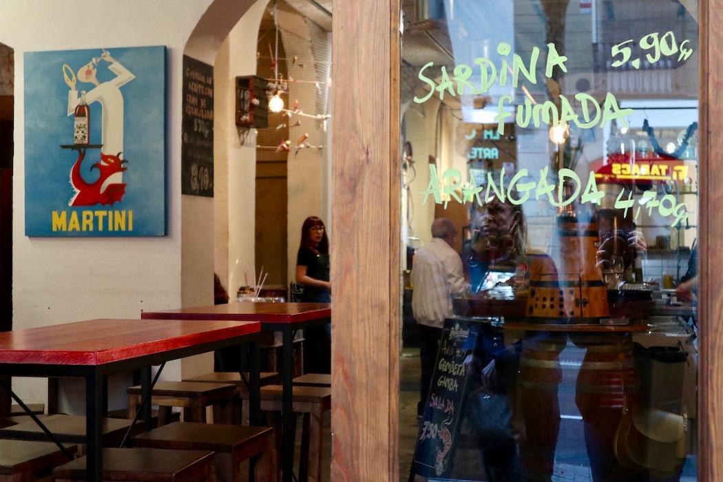 Context Travel Barcelona door to tapas bar in Sant Antoni