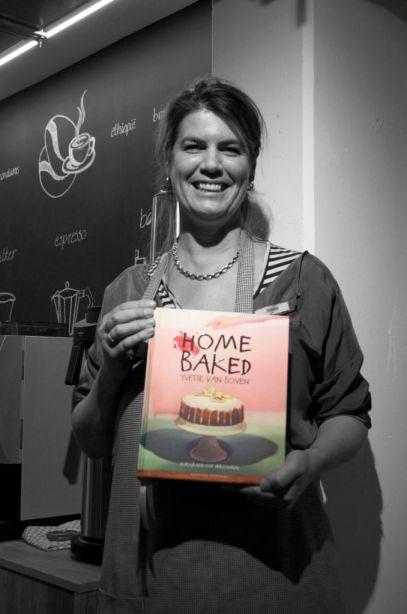 Yvette met eerste exemplaar Home Baked