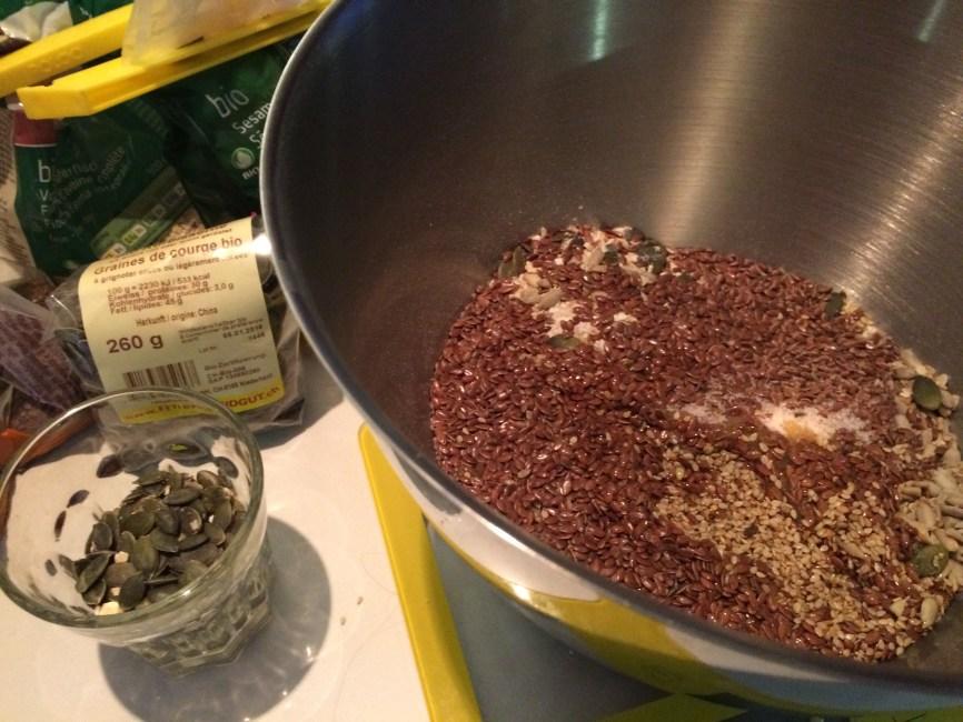 Mehl und Kerne vermischen