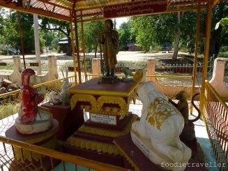 Statues outside Maha Laba Man Hpaja