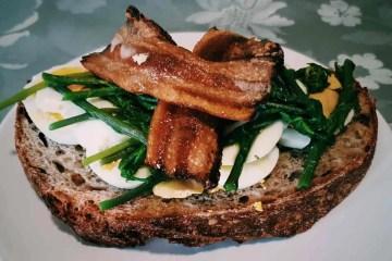 Brzi i ukusan zalogaj, mali sendvič sa šparogama, pancetom i tvrdo kuhanim jajima