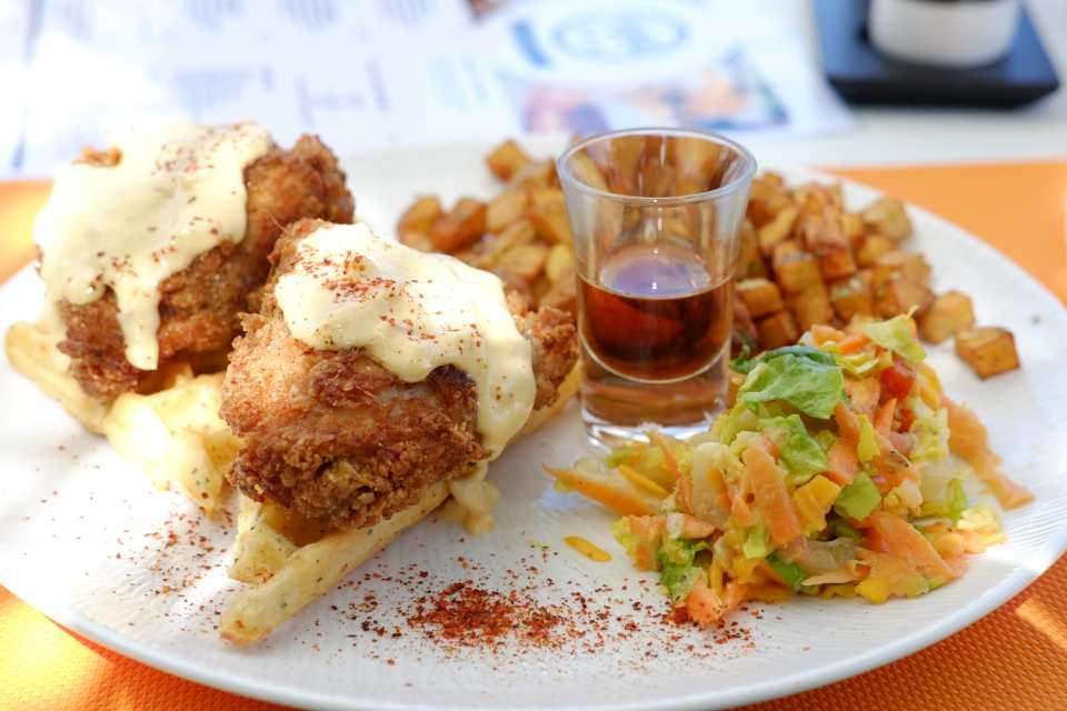 FOODILES Gaufres accompagnées de poulet pané et sirop d'érable de Brunch Karibu à Capesterre-Belle-Eau.