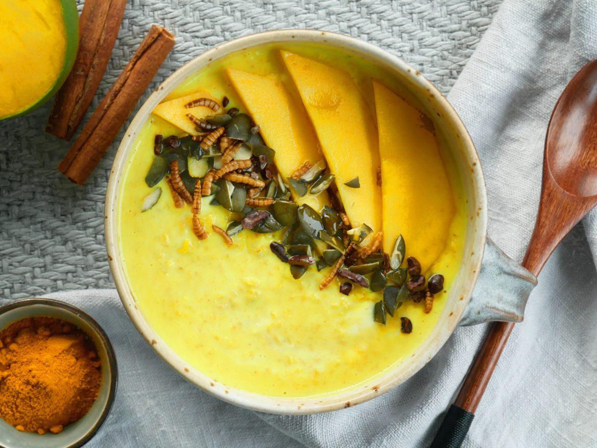 Kurkuma Porridge mit Mehlwurm Crunch