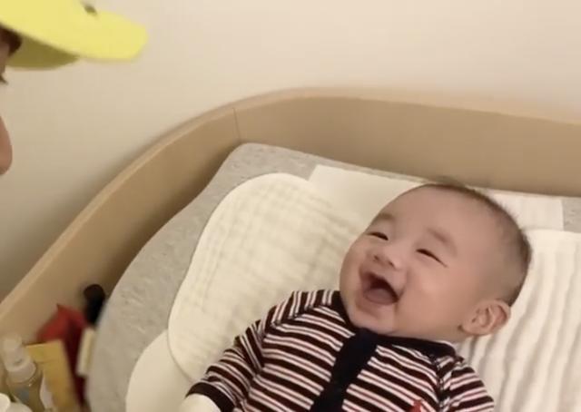 古巨基居家晒娃带孩子,儿子张嘴大笑表情萌化