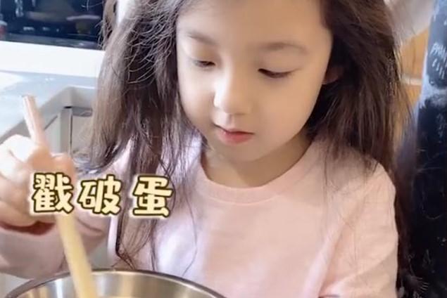 刘畊宏给三个孩子做炒蛋,被问为什么小泡芙的盘子里比较多