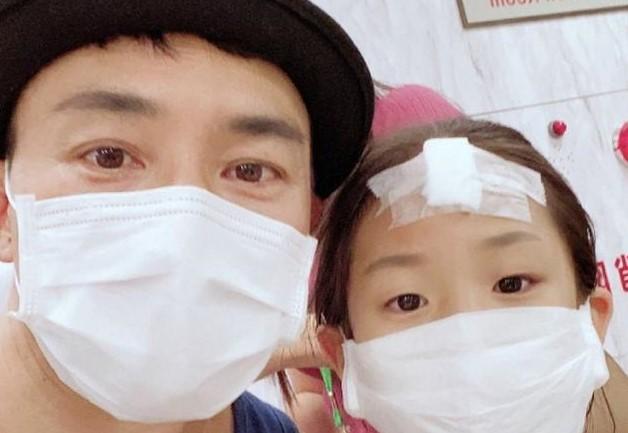 刘畊宏儿子打篮球受伤头部缝五针,发文称赞儿子手术过程勇敢不哭