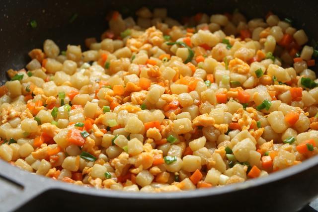 土豆别炖了,学会新吃法蒸一蒸当饭又当菜