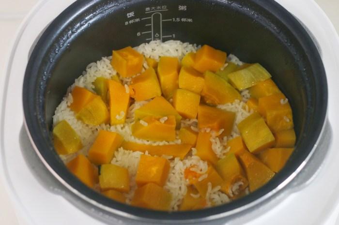 用南瓜燜了一鍋飯有滋有味,秋天就愛這麼吃