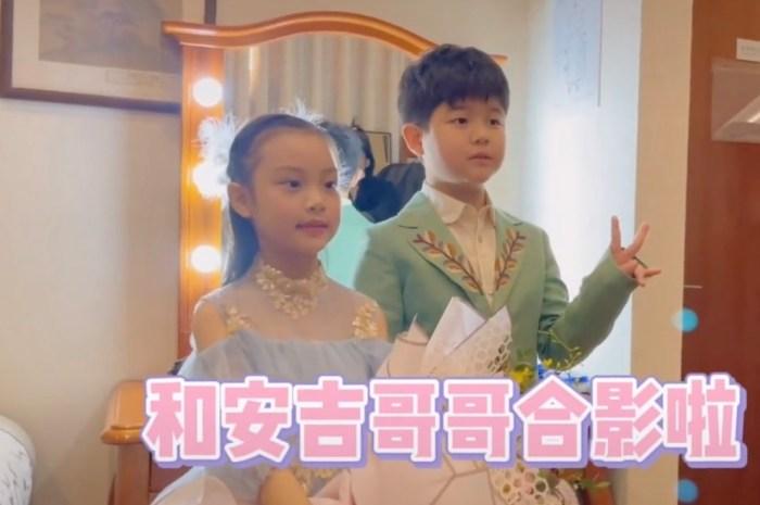 李小璐晒女儿钢琴演出花絮视频,甜馨安吉同框