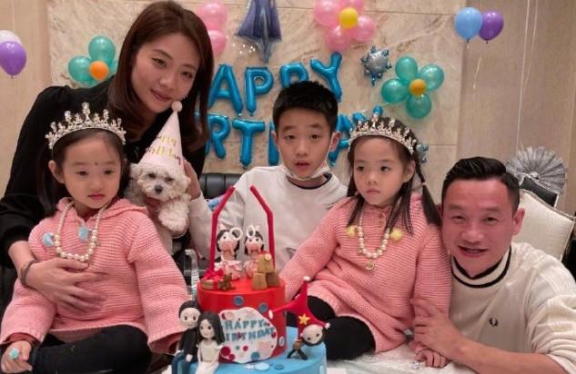 楊威老婆曬照為雙胞胎女兒慶生,一家五口共用一張臉