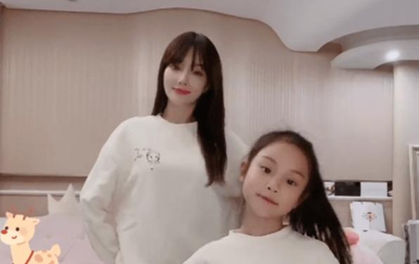 李小璐與女兒同框跳舞,母女穿親子裝像極姐妹花