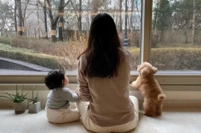 崔智友母女同框,9月女兒首露面小臉肉嘟嘟