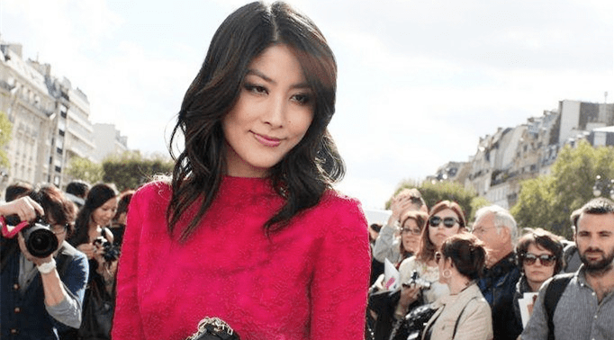 陳慧琳到國外真會穿,玫紅色紗裙高貴減齡48歲美成了焦點