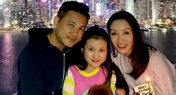 林文龍郭可盈曬恩愛合影,賀戀愛26週年攜女兒甜蜜度過紀念日