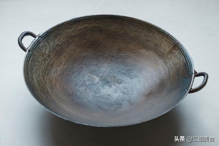 生锈的铁锅别再扔了,教您一招铁锅光亮如新,不粘锅也不生锈