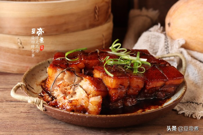 看看大厨是怎么做秘制东坡肉的,选料烹饪够讲究