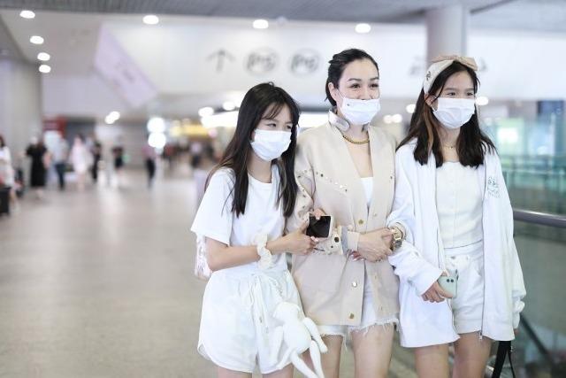 钟丽缇与女儿走机场,针织开衫配白色短裤超洋气,母女美如姐妹花