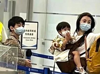 张柏芝机场被偶遇,次子小Q穿搭时髦,小儿子罕露眉眼颜值超高