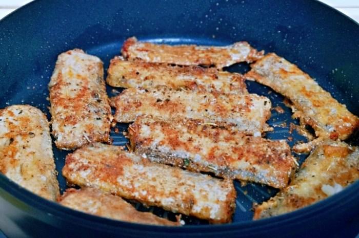 带鱼加入孜然和迷迭香煎一煎,味道丰富,外酥里嫩真好吃