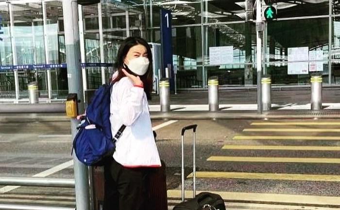 郭晶晶启程东京奥运,霍启刚当司机为妻送行,夫妇俩依依不舍分别