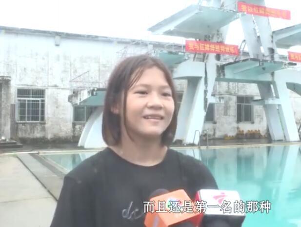 全红婵12岁妹妹主攻跳板秀水花消失术,网友:巴黎奥运姐妹双金