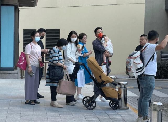 向太夫妇被偶遇,向华强一身名牌超时尚,坐头等舱飞北京看孙女
