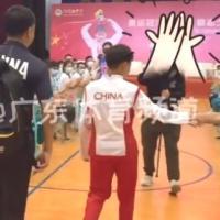太火全红婵造访中学,何教练背包跟随,小哥哥击掌激动握拳
