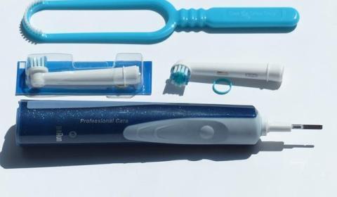 toothbrush-115105_640