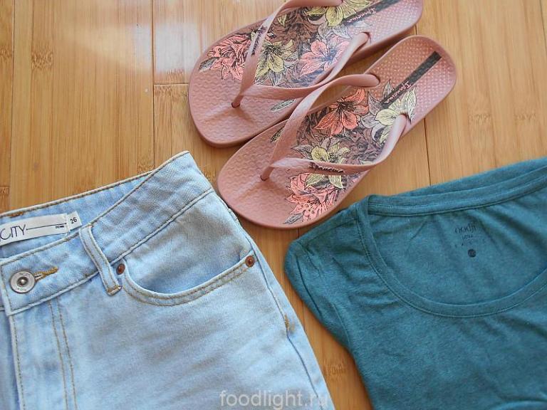 Женская одежда для жаркого лета - шорты, футболка, сланцы