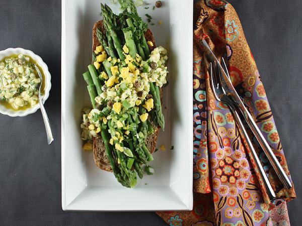 Asparagus with Hard-Boiled Egg Vinaigrette // FoodNouveau.com