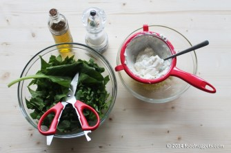 3. Taglia le erbette, setaccia la ricotta e unisci al parmigiano