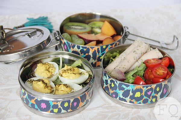 Lunchbox ideeën; gevulde eieren, salade met kipfilet en fruitsalade