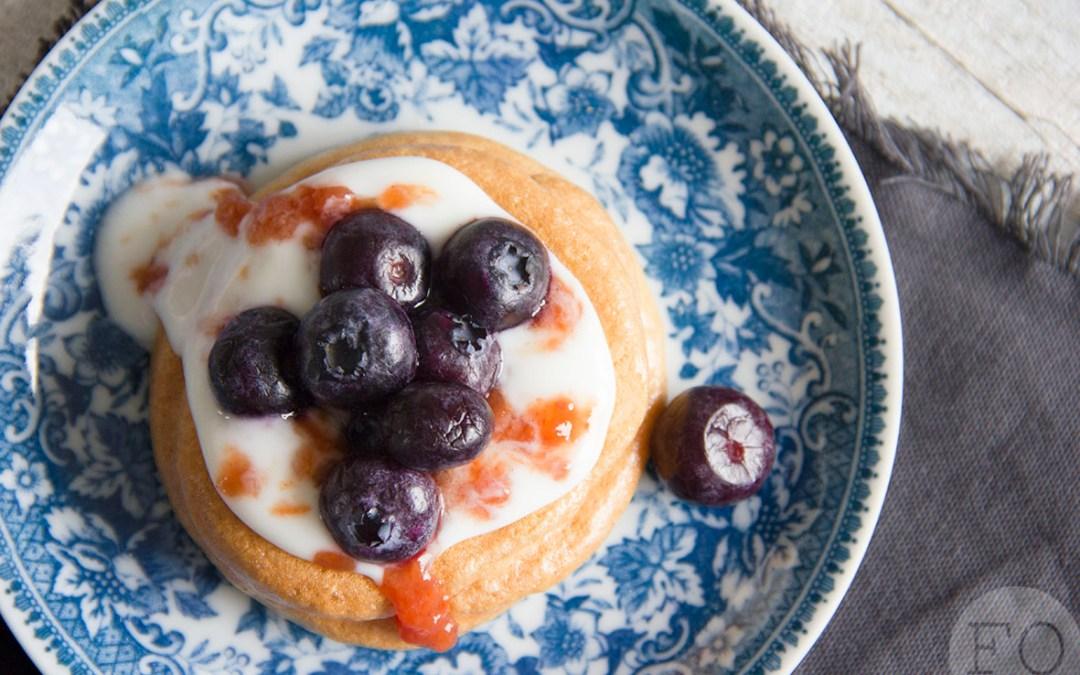 Schuimgebakjes met yoghurt, jam en bosbessen