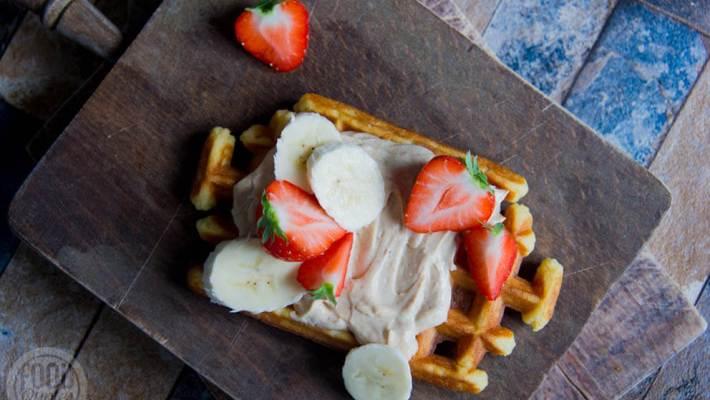 Wafel met romige pindakaas en fruit