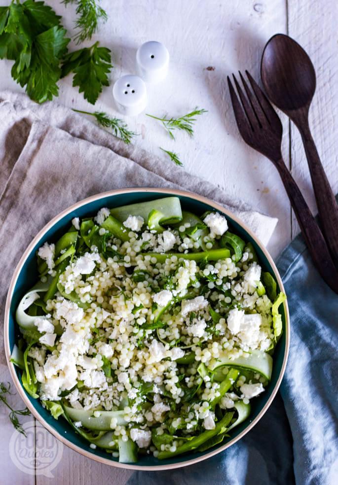 Groene salade met parelcouscous en feta