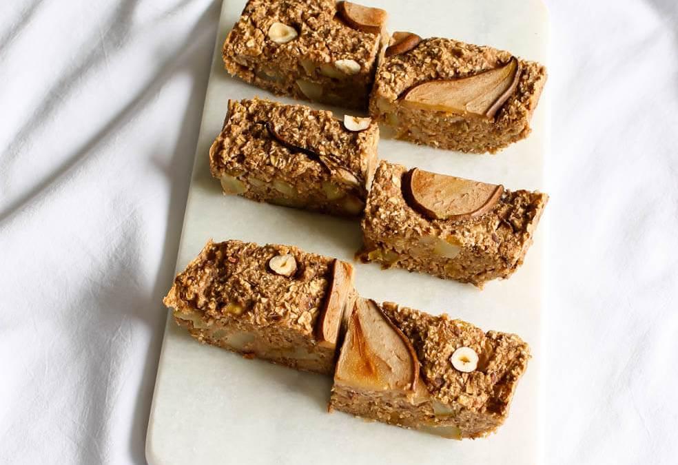 Baked oats bars met peer en speculaaskruiden